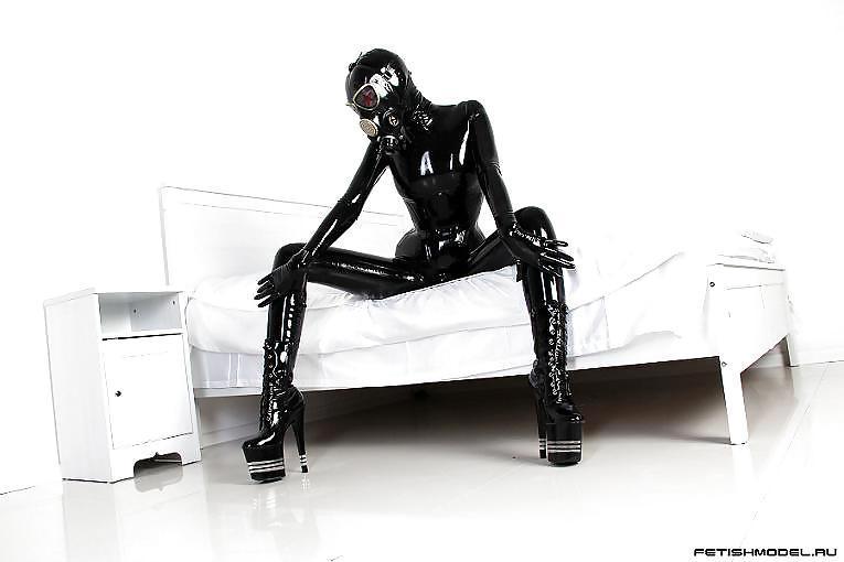 Фото автора agnadevi. Девушка комбинезон черный латекс фетиш с противогаз.